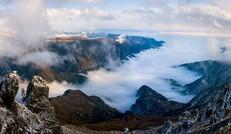 云遮雾涌的狮子山麓
