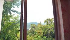 在民宿依窗赏美景