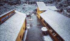 雪景映衬下的拾得·水石间
