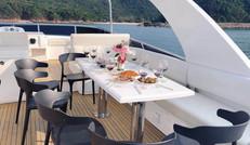 享受游艇上的美食