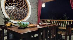 臨近江水的茶歇桌椅